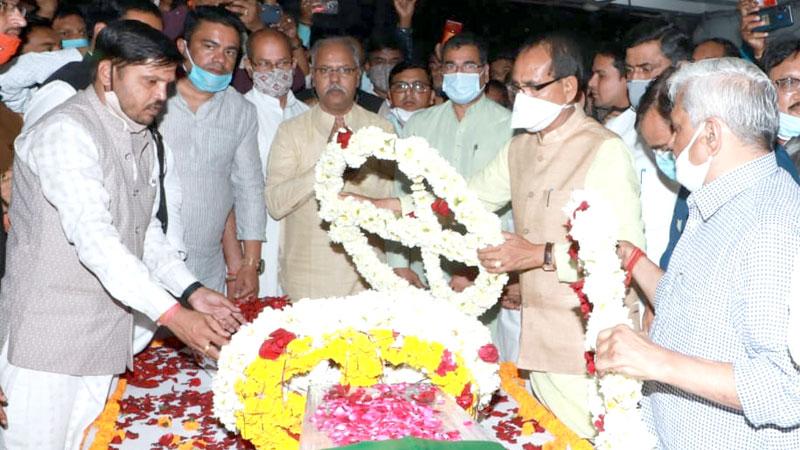 मुख्यमंत्री श्री शिवराज सिंह चौहान ने सांसद स्व. श्री नंदकुमार सिंह चौहान की पार्थिव देह पर पुष्पचक्र अर्पित किया।