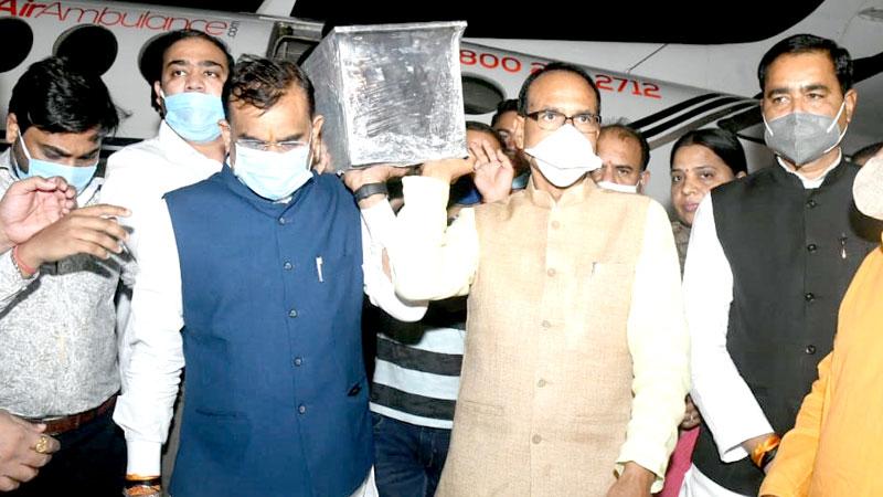 मुख्यमंत्री श्री शिवराज सिंह चौहान ने सांसद स्व. श्री नंदकुमार सिंह चौहान की पार्थिव देह के स्टेट हैंगर पहुँचने पर पार्थिव देह को कांधा दिया।