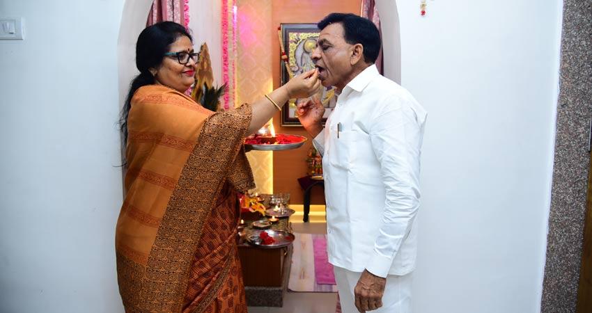 वित्त मंत्री श्री जगदीश देवड़ा को वर्ष 2021-22 के बजट की प्रस्तुति के लिये विधानसभा रवाना होने से पहले निवास पर उनकी धर्मपत्नी श्रीमती रेणु देवड़ा ने तिलक लगाकर शुभकामनाएँ दी।
