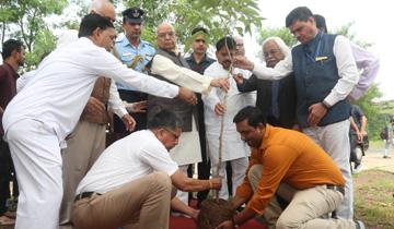 राज्यपाल श्री लालजी टंडन ने राजीव गाँधी प्रौद्योगिकी विश्वविद्यालय के 21वें स्थापना दिवस एवं शिक्षक दिवस के अवसर पर विश्वविद्यालय परिसर में अमलतास का पौधा लगाया।