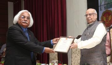 राज्यपाल श्री लालजी टंडन ने राजीव गाँधी प्रौद्योगिकी विश्वविद्यालय के 21वें स्थापना दिवस एवं शिक्षक दिवस के अवसर पर विश्वविद्यालय के संस्थापक कुलपति श्री पी.बी. शर्मा को सम्मानित किया।