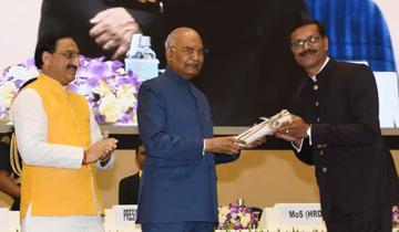 भारत के राष्ट्रपति श्री रामनाथ कोविंद ने नई दिल्ली के विज्ञान भवन में रतलाम के शास.उ.मा. उत्कृष्ट विद्यालय के विज्ञान के शिक्षक डॉ. ललित मेहता को 2019 के राष्ट्रीय शिक्षक पुरस्कार से सम्मानित किया।