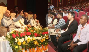 राज्यपाल श्री लालजी टंडन ने यंग थिंकर्स कॉनक्लेव को संबोधित किया।