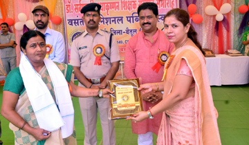 लोक स्वास्थ्य यांत्रिकी मंत्री श्री सुखदेव पांसे ने बैतूल जिले के मुलताई स्थित बसंत इंटरनेशनल पब्लिक स्कूल में शिक्षको को सम्मानित किया।