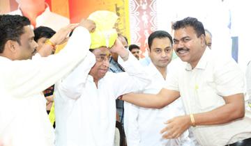 मुख्यमंत्री श्री कमल नाथ को छिंदवाड़ा में आदिवासियों ने अंतर्राष्रीीणय आदिवासी दिवस के राज्य-स्तरीय समारोह में साफा बांधकर सम्मानित किया।