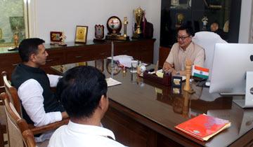 खेल मंत्री श्री जीतू पटवारी ने नई दिल्ली में केन्द्रीय खेल मंत्री श्री किरन रिजिजू से मुलाकात की। संचालक खेल एवं युवा कल्याण डॉ. एस.एल. थाउसेन उपस्थित थे।