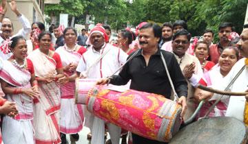 लोक निर्माण मंत्री श्री सज्जन सिंह वर्मा आज भोपाल के रविन्द्र भवन में विश्व आदिवासी दिवस पर हुए समारोह में शामिल हुए।
