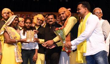 लोक निर्माण मंत्री श्री सज्जन सिंह वर्मा ने आज भोपाल के रविन्द्र भवन में विश्व आदिवासी दिवस पर हुए समारोह में साहित्य एवं कला के क्षेत्र में उत्कृष्ट प्रदर्शन करने वाली विभूतियों को सम्मानित किया।