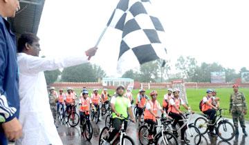 स्कूल शिक्षा मंत्री डॉ. प्रभुराम चौधरी ने मोतीलाल नेहरू स्टेडियम में अखिल भारतीय स्वच्छता साइकिल रैली के भोपाल चरण को झण्डा दिखाकर रवाना किया।