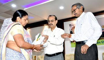 अपर मुख्य सचिव वन, श्री ए.पी. श्रीवास्तव ने राष्ट्रीय वन शहीद दिवस पर शहीद वनकर्मियों के परिवारों का सम्मान किया।