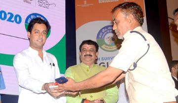 नगरीय विकास एवं आवास मंत्री श्री जयवर्द्धन सिंह ने सफाई दरोगा को पी.ओ.एस. मशीन दी।