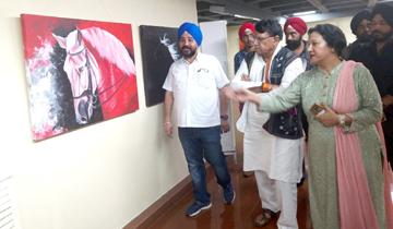 जनसम्पर्क मंत्री श्री पी.सी. शर्मा ने भारत भवन के रूपंकर कला संग्रह में सुश्री रानी अजवानी की पेंटिंग्स की प्रदर्शनी का उद्घाटन किया।