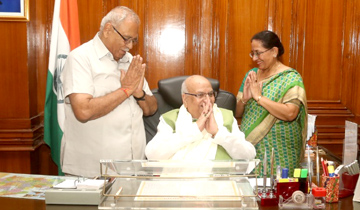 राज्यपाल श्री लालजी टंडन से पूर्व सांसद श्री भागीरथ प्रसाद ने मुलाकात की।
