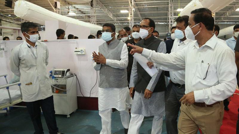 मुख्यमंत्री श्री शिवराज सिंह चौहान और केंद्रीय पेट्रोलियम एवं प्राकृतिक गैस मंत्री श्री धर्मेद्र प्रधान ने बीना के आगासौद में 200 बिस्तर के कोविड अस्पताल का शुभारंभ कर निरीक्षण किया।