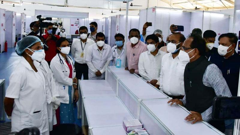मुख्यमंत्री श्री शिवराज सिंह चौहान ने बुधनी में 300 बिस्तरीय कोविड केयर अस्पताल का निरीक्षण कर डॉक्टर्स से चर्चा की।