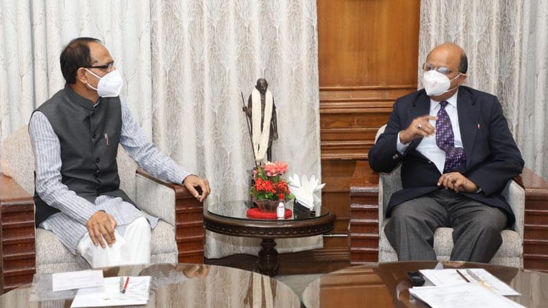 मुख्यमंत्री श्री शिवराज सिंह चौहान ने राजभवन में उच्च न्यायालय के मुख्य न्यायाधीश जस्टिस श्री मोहम्मद रफीक से सौजन्य भेंट की।