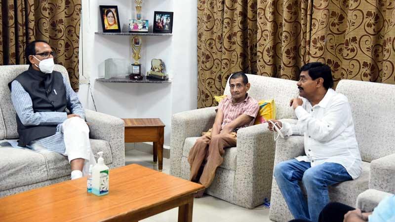 मुख्यमंत्री श्री शिवराज सिंह चौहान ने पूर्व मंत्री श्री दीपक जोशी से भेंट कर उनकी धर्मपत्नी श्रीमती विजया जोशी के निधन पर शोक व्यक्त कर सांत्वना दी।