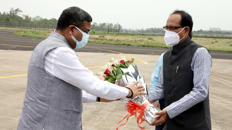 मुख्यमंत्री श्री शिवराज सिंह चौहान ने स्टेट हैंगर पर केंद्रीय पेट्रोलियम एवं प्राकृतिक गैस मंत्री श्री धर्मेद्र प्रधान का स्वागत किया।