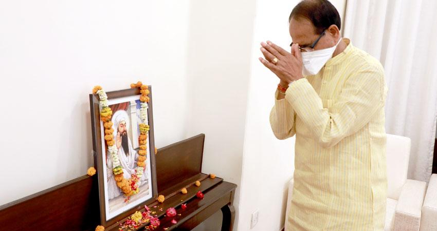 मुख्यमंत्री श्री शिवराज सिंह चौहान ने सिख गुरू अर्जुन देव जी की जयंती पर उनकी तस्वीर पर माल्यार्पण कर सादर नमन किया।