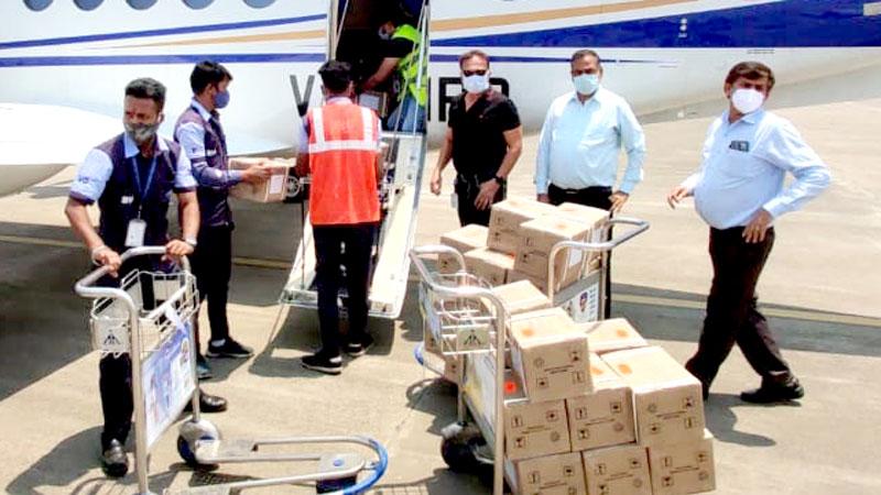 इन्दौर एयरपोर्ट पर स्टेट प्लेन से पहुँचाये गये रेमडेसिविर इंजेक्शन के 200 बॉक्स।