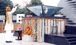 मुख्यमंत्री श्री शिवराज सिंह चौहान ने शौर्य स्मारक पर शहीदों को श्रद्ध ...
