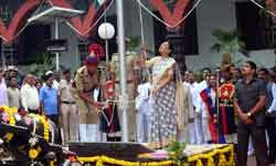 राज्यपाल श्रीमती आनंदीबेन पटेल ने राजभवन में स्वतंत्रता दिवस पर ध्वजार ...