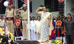 राज्यपाल श्रीमती आनंदीबेन पटेल ने राजभवन परिसर में ध्वजारोहण कर राजभवन ...