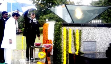 मुख्यमंत्री श्री कमल नाथ ने शहीद स्मारक पहुँचकर शहीदों को श्रद्धांजलि अर्पित की।