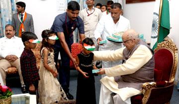 राज्यपाल श्री लालजी टंडन ने स्वतंत्रता दिवस पर राजभवन में बच्चों को टॉफी और मिठाई वितरित की।