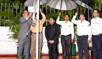 उपाध्यक्ष नर्मदा घाटी विकास प्राधिकरण श्री एम. गोपाल रेड्डी ने नर्मदा भवन में ध्वजारोहण किया।