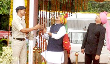 लोक स्वास्य्र एवं परिवार कल्याण मंत्री श्री तुलसी सिलावट ने इंदौर में ध्वजारोहण किया।