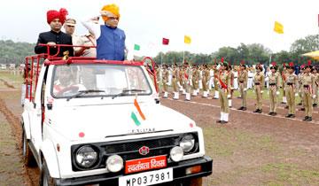 पशुपालन मंत्री श्री लाखन सिंह यादव ने ग्वालियर में ध्वजारोहण कर परेड का निरीक्षण किया।