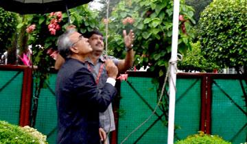 मुख्य सचिव श्री एस.आर. मोहन्ती ने स्वतंत्रता दिवस पर शासकीय निवास में ध्वजारोहण किया।