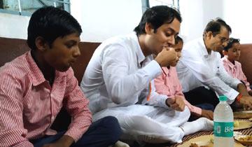 नगरीय विकास एवं आवास मंत्री श्री जयवर्धन सिंहने आगरमालवा जिले के शासकीय माध्यमिक विद्यालय नरवल  में बच्चों के साथ मध्यान्हभोजन किया।