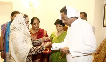 मुख्यमंत्री श्री कमल नाथ को रक्षा-बंधन के पर्व पर बहनों ने राखी बाँधी।