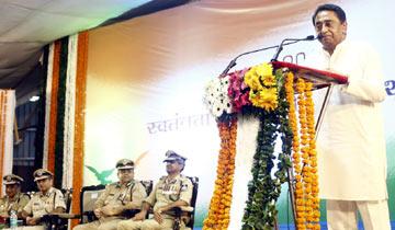 मुख्यमंत्री श्री कमल नाथ ने मुख्यमंत्री निवास में पुलिस अलंकरण से सम्मानित पुलिस कर्मियों और उनके परिजनों को संबोधित किया।