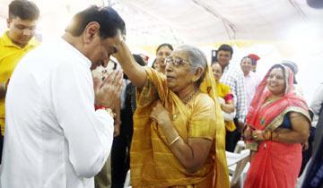मुख्यमंत्री निवास में आयोजित पुलिस अलंकरण समारोह में सम्मानित पुलिस कर्मी की माँ ने मुख्यमंत्री श्री कमल नाथ को आशीर्वाद दिया।