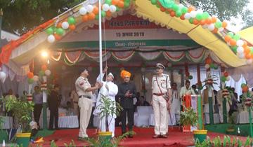 जनसंपर्क मंत्री श्री पी.सी.शर्मा ने स्वतंत्रता दिवस पर होशगाबाद जिला मुख्यालय पर किया ध्वजारोहण किया।