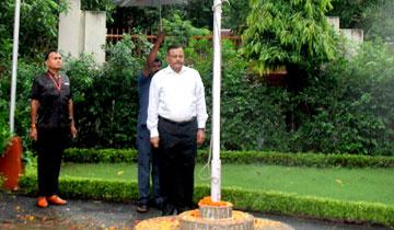 राज्य निर्वाचन आयुक्त श्री बी.पी. सिंह ने स्वतंत्रता दिवस पर निर्वाचन सदन में ध्वजारोहण किया।