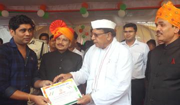 जनसंपर्क मंत्री श्री पी.सी.शर्मा ने स्वतंत्रता दिवस पर होशगाबाद जिला मुख्यालय पर पुलिस अधिकारियों को उउत्कृष्ट सेवाओं के लिये सम्मानित किया।
