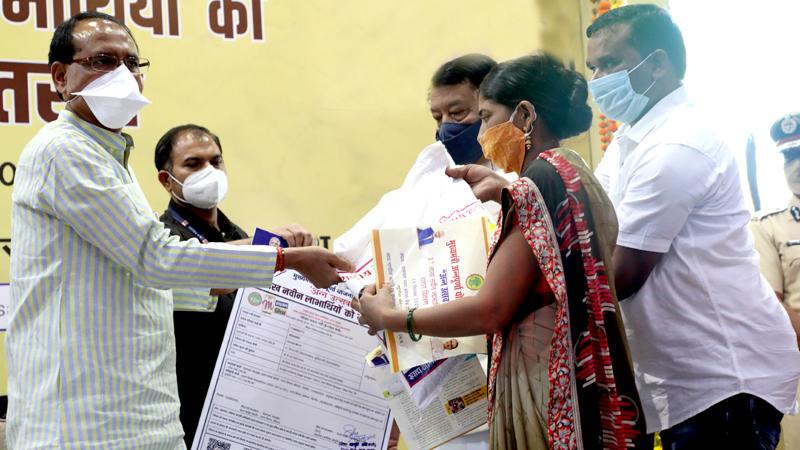 मुख्यमंत्री श्री शिवराज सिंह चौहान ने भोपाल से अन्न उत्सव के तहत नवीन हितग्राहियों को पात्रता पर्ची एवं राशन वितरित किया।