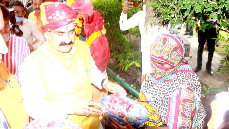 गृह मंत्री डॉ. नरोत्तम मिश्रा ने आसरा वृद्धाश्रम में बुजुर्गों को फल वितरित किए।