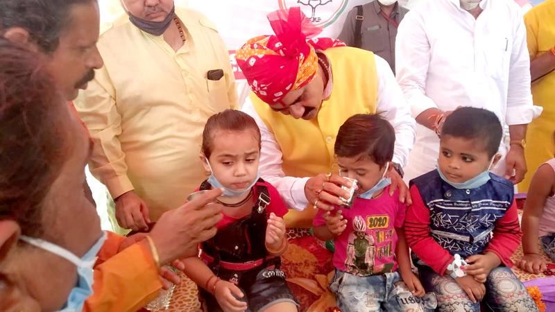 गृह मंत्री डॉ. नरोत्तम मिश्रा ने शाहजहानाबाद आंगनबाड़ी केंद्र पहुँच कर बच्चों को पौष्टिक दूध पिलाया।