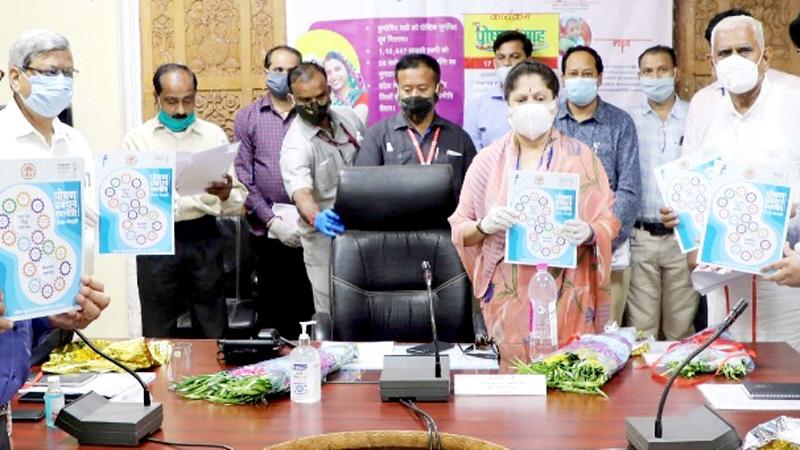 """तकनीकी शिक्षा, कौशल विकास मंत्री श्रीमती यशोधरा राजे सिंधिया ने गुरूवार को करेरा में पोषण महोत्सव के दौरान """"पोषण प्रबंधन रणनीति"""" पुस्तिका का विमोचन किया।"""