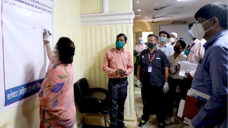 """तकनीकी शिक्षा, कौशल विकास एवं रोजगार मंत्री श्रीमती यशोधरा राजे सिंधिया गुरूवार को करेरा में पोषण महोत्सव के दौरान """"पोषण संकल्प हस्ताक्षर"""" अभियान में शामिल हुई।"""