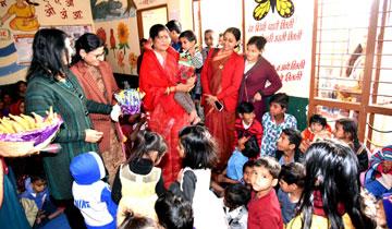 महिला बाल विकास मंत्री श्रीमती इमरती देवी ने अंकुर स्कूल परिसर में आगंनवाडी केन्द्र का आकस्मिक निरीक्षण किया।#$55179