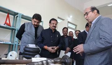 लोक निर्माण मंत्री श्री सज्जन सिंह वर्मा ने छिंदवाड़ा में प्रक्षिण संस्थानों का निरीक्षण किया।#$55191