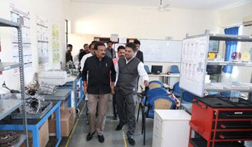 लोक निर्माण मंत्री श्री सज्जन सिंह वर्मा ने छिंदवाड़ा में प्रक्षिण संस्थानों का निरीक्षण किया।#$55192