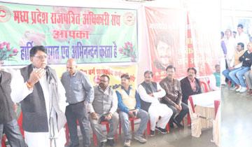 प्रदेश के विभिन्न कर्मचारी-अधिकारी संघों द्वारा सतपुड़ा भवन में आयोजित सम्मान समारोह को संबोधित करते हुए जनसम्पर्क मंत्री श्री पी.सी. शर्मा।#$55195