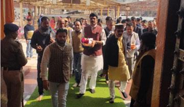 टीकमगढ़ जिले के प्रभारी राजस्व एवं परिवहन मंत्री श्री गोविन्द सिंह राजपूत, पंचायत एवं ग्रामीण विकास मंत्री श्री कमलेश्वर पटेल और वाणिज्यिक कर मंत्री श्री बृजेन्द्र सिंह राठौर आज ओरछा में रामराजा मंदिर पहुँचे। मंत्रीगण ने मंदिर में पूजा अर्चना की।#$55197